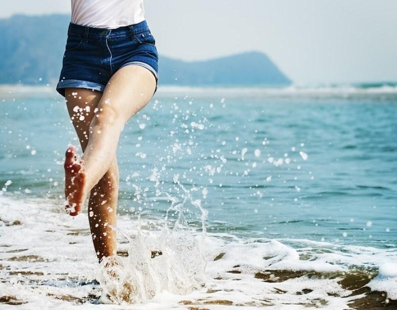 Работа в Ялте, девушка на пляже